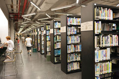 Ordenador femenino en biblioteca de universidad de Shantou, la biblioteca del uso del estudiante universitario de universidad más Imagen de archivo libre de regalías