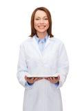 Ordenador femenino sonriente de la PC del doctor y de la tableta Fotos de archivo libres de regalías