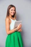 Ordenador hermoso de la tableta de la tenencia de la muchacha Fotos de archivo