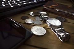 Ordenador, pluma, contador de tiempo y horario para el concepto financiero del dinero imagen de archivo libre de regalías