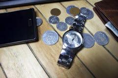 Ordenador, pluma, contador de tiempo y horario para el concepto financiero del dinero foto de archivo libre de regalías