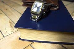 Ordenador, pluma, contador de tiempo y horario para el concepto financiero del dinero fotografía de archivo libre de regalías