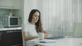 Ordenador portátil abierto de la mujer pensativa Trabajo pensativo del comienzo de la persona sobre el ordenador metrajes