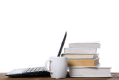 Ordenador portátil abierto, pila de libros y taza Fotos de archivo