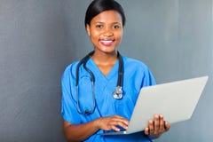 Ordenador portátil africano de la enfermera Imagenes de archivo