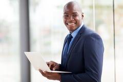 Ordenador portátil afroamericano del hombre de negocios Fotos de archivo libres de regalías