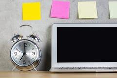 Ordenador portátil, alarma y etiquetas engomadas Fotos de archivo libres de regalías