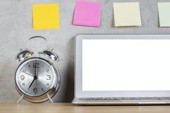 Ordenador portátil, alarma y etiquetas engomadas blancos Foto de archivo libre de regalías