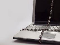 Ordenador portátil atado con la cadena imagen de archivo