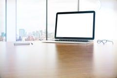 Ordenador portátil blanco en blanco Imagenes de archivo