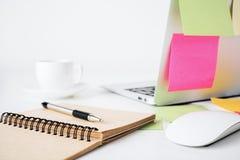 Ordenador portátil, café y libreta Fotos de archivo libres de regalías