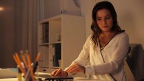 Ordenador portátil cerrado de la mujer y salir de la oficina de la noche almacen de video