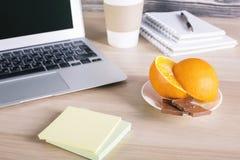 Ordenador portátil, comida y etiquetas engomadas Imagen de archivo libre de regalías
