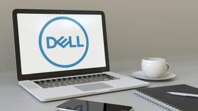 Ordenador portátil con Dell Inc logotipo en la pantalla Representación conceptual del editorial 3D del lugar de trabajo moderno Foto de archivo libre de regalías