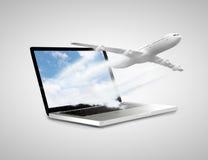 Ordenador portátil con el aeroplano fotos de archivo libres de regalías