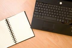 Ordenador portátil con el cuaderno Fotos de archivo libres de regalías