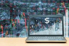 Ordenador portátil con el gráfico comercial del negocio del mercado de bolsa de acción Busine Fotografía de archivo