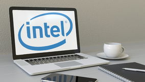Ordenador portátil con el logotipo de Intel Corporation en la pantalla Representación conceptual del editorial 3D del lugar de tr ilustración del vector