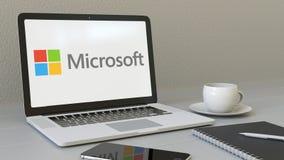 Ordenador portátil con el logotipo de Microsoft en la pantalla Representación conceptual del editorial 3D del lugar de trabajo mo Imagen de archivo