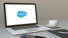 Ordenador portátil con el logotipo de Salesforce en la pantalla Representación conceptual del editorial 3D del lugar de trabajo m Fotografía de archivo