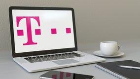 Ordenador portátil con el logotipo de T-Mobile en la pantalla Representación conceptual del editorial 3D del lugar de trabajo mod Imagenes de archivo