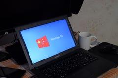 Ordenador portátil con el logotipo del sistema operativo exhibido en la pantalla Windows 10 Fotos de archivo
