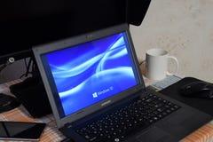 Ordenador portátil con el logotipo del sistema operativo exhibido en la pantalla Windows 10 Imagen de archivo