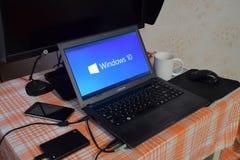 Ordenador portátil con el logotipo del sistema operativo exhibido en la pantalla Windows 10 Fotografía de archivo libre de regalías