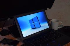 Ordenador portátil con el logotipo del sistema operativo exhibido en la pantalla Windows 10 Imagen de archivo libre de regalías