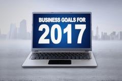 Ordenador portátil con el texto de las metas de negocio para 2017 Imagenes de archivo