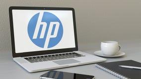 Ordenador portátil con HP Inc logotipo en la pantalla Representación conceptual del editorial 3D del lugar de trabajo moderno Imagen de archivo libre de regalías