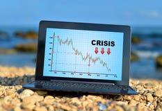 Ordenador portátil con la carta de la crisis Imagenes de archivo