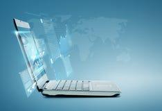 Ordenador portátil con la carta y los gráficos en la pantalla Fotos de archivo libres de regalías