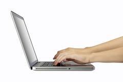Ordenador portátil con la mano de la mujer aislada en blanco Foto de archivo libre de regalías