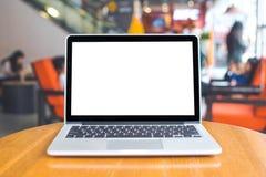 Ordenador portátil con la pantalla blanca en blanco en una tabla de madera, blurr Imagen de archivo libre de regalías