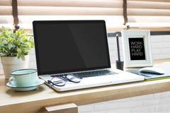 Ordenador portátil con la tableta de la pluma en la tabla del diseñador gráfico en w fotografía de archivo libre de regalías