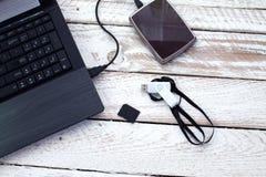 Ordenador portátil con la tarjeta pendrive, del sd y el disco duro portátil Imágenes de archivo libres de regalías