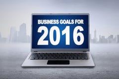 Ordenador portátil con las metas de negocio para 2016 Foto de archivo libre de regalías