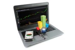 Ordenador portátil con los artículos financieros Imágenes de archivo libres de regalías