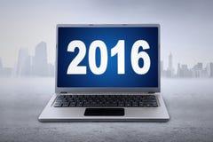 Ordenador portátil con los números 2016 en el monitor Imagen de archivo libre de regalías