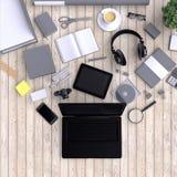 Ordenador portátil con los objetos de la oficina del espacio en blanco de la variedad organizados para la presentación de la comp Imagen de archivo libre de regalías