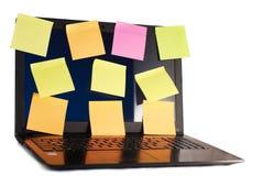 Ordenador portátil con los recordatorios, aislados en el fondo blanco, foto de archivo libre de regalías