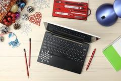 Ordenador portátil con los regalos y el café en fondo azul ciánico de la tabla Concepto de los días de fiesta del negocio Taza de Imágenes de archivo libres de regalías