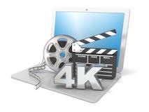 Ordenador portátil con los rollos de película, el tablero de chapaleta de la película y el icono del vídeo 4K 3d rinden Foto de archivo
