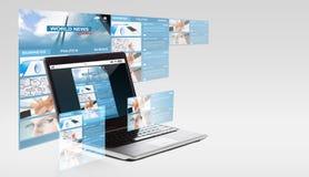 Ordenador portátil con noticias de mundo en la pantalla Fotos de archivo libres de regalías