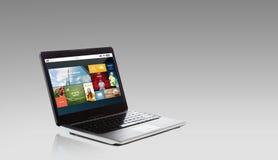 Ordenador portátil con usos de Internet en la pantalla Fotos de archivo
