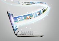 Ordenador portátil con vídeo en la pantalla Fotografía de archivo