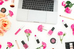 Ordenador portátil, cosméticos, flores de las rosas y accesorios en el fondo blanco Endecha plana Visión superior Concepto de la  Imagen de archivo
