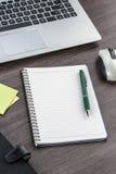 Ordenador portátil, cuaderno y pluma con la nota adhesiva Foto de archivo libre de regalías