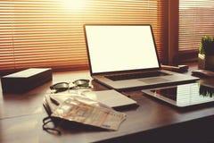 Ordenador portátil de Оpen con la pantalla en blanco blanca del espacio de la copia para la información o el contenido del texto Imagen de archivo libre de regalías